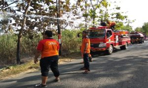 Mobil pemadam kebakaran Pemkab Rembang saat berada di lokasi kebakaran.