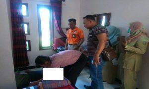 Polisi bersama tim medis memeriksa korban di dalam kamar Hotel Tiara di Desa Banyudono, Kecamatan Kaliori, Selasa pagi (23/10).