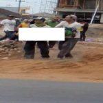 Korban tersengat arus listrik di lokasi proyek pembangunan Ruko Desa Pamotan, ditolong rekan – rekannya, Minggu (28/10).