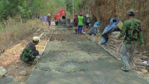 Penataan jalan menuju Dusun Ngotoko Desa Pasedan, melalui program TMMD reguler, Jum'at pagi (12/10).