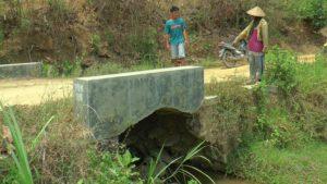 Saluran air menggantung akibat tergerus longsor, padahal menjadi jalur utama bagi warga Dusun Ngotoko.