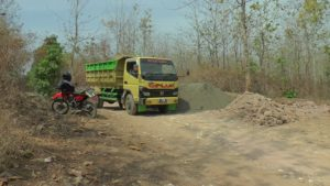 Armada truk memasok material untuk memperbaiki jalan dalam program TMMD Reguler di Dusun Ngotoko. (Gambar atas) Mulut Gua Lawa di Dusun Ngotoko, bisa menjadi potensi alam yang layak diberdayakan.