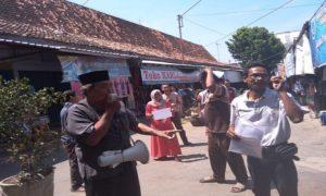 Aksi pengurus Ikatan Pedagang Pasar Rembang (IP2R), Rabu pagi (10/10) menggelar jajak pendapat, terkait rencana pemindahan pasar.