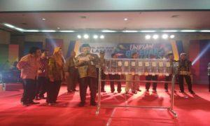 Suasana pengundian hadiah utama Honda Mobilio dalam Gelegar Tamades PD. BPR BKK Lasem, di Balai Kartini, Rabu (10/10).