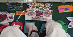 Siswa SMP N II Kragan memperhatikan karya – karya tentang stop pernikahan dini.