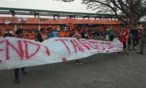 """Suporter PSIR Rembang membentangkan spanduk bertuliskan """"Endi (mana-red) Tanggung Jawabmu"""" di depan Stadion Krida Rembang, belum lama ini."""