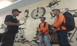 Dua relawan Ubaloka Rembang, Selasa sore mendapatkan pengarahan sebelum berangkat ke Karawang.