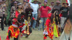Para pemain seni barongan dari Desa Suntri, Kecamatan Gunem ketika tampil di lapangan Desa Kemadu, Kecamatan Sulang, Senin (15/10).