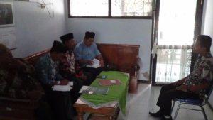 Pengurus Dewan Pendidikan Kabupaten Rembang mendatangi SMPN I Sale. (gambar atas) Sejumlah pelajar SMP N I Sale usai olahraga, Kamis pagi.