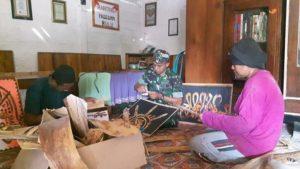 Serda Suyanto, anggota Kodim Rembang saat bertandang ke rumah Suntari, di Desa Pasedan, Kecamatan Bulu.