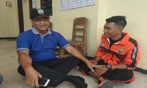 Ketua KONI Kabupaten Rembang, Sutarjo berbincang – bincang dengan salah satu atlet yang berlaga di ajang Porprov Jawa Tengah.