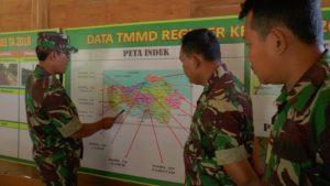 Danramil Bulu, Kapten Mustamir, berkoordinasi dengan anggota di pos komando. (gambar atas) Pelajar warga Dusun Ngotoko, Desa Pasedan berjalan kaki saat pulang sekolah.