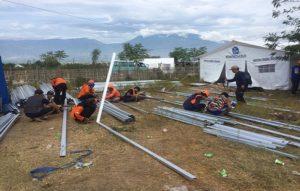 Relawan BPBD Jawa Tengah mendirikan hunian sementara bagi pengungsi korban bencana di Palu. (gambar atas) Relawan BPBD Rembang, Nurrohmat ketika berada di lokasi bencana tsunami Palu.