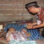 Bupati Rembang, Abdul Hafidz saat mengunjungi Kasnadi, warga miskin yang lumpuh di Desa Kedungasem, Kecamatan Sumber, beberapa waktu lalu.