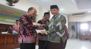 Bupati Rembang, Abdul Hafidz menyerahkan bantuan dari Bazda.