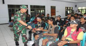 Komandan Kodim Rembang, Letkol Arh. Andi Budi Sulistianto menyalami anak punk di Balai Manunggal. (gambar atas) Anak punk ikut dilibatkan dalam pengerjaan jalan di lokasi TMMD Reguler.