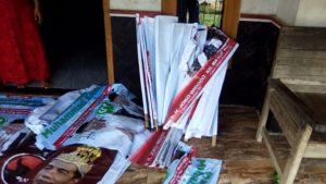 Pengurus PDI Perjuangan di Kecamatan Sumber menertibkan alat peraga kampanye bergambar Capres incumbent Joko Widodo ala raja.