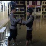Genangan banjir merendam halaman Mapolres Rembang, Senin malam.