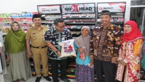 Bupati dan Wakil Bupati Rembang bersama penerima bantuan pangan non tunai, baru – baru ini.