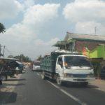 Armada truk mengangkut batu kapur, melintas di jalan wilayah Sale, Kabupaten Rembang.