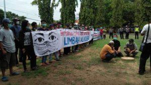 Massa warga Desa Sale menggelar aksi demo di depan gedung DPRD Rembang, Senin (12/11).