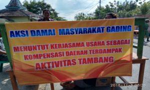Aksi masyarakat Desa Gading, Kecamatan Sale menutup jalan raya, Kamis pagi. Mereka menuntut kompensasi dari kegiatan tambang.