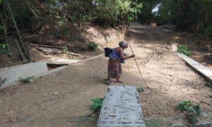 Potret desa di Kecamatan Sulang. Tampak seorang warga lanjut usia berjalan kaki menyusuri jalan kampung.
