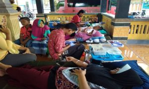 Usai Donor darah, warga Desa Pohlandak Kecamatan Pancur mendapatkan layanan potong rambut gratis.