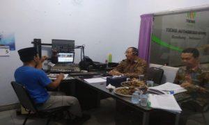 "Bupati Rembang, Abdul Hafidz mengisi talkshow ""Halo Bupati""."
