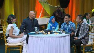 """Khumaidah bersama suaminya saat tampil di program talkshow """"Hitam Putih"""". (gambar atas) Detik – detik saat Khumaidah mendapatkan mobil ambulance (Dok. Trans7)."""