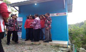 Ketua PMI Kabupaten Rembang, Bayu Andriyanto, saat mengecek sarana MCK di Desa Trenggulunan, Kecamatan Pancur, Sabtu sore.