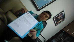 Direktur PDAM Rembang, Muhammad Affan menunjukkan surat permohonan untuk bisa mengebor sumur di Dusun Glanggang, Desa Pamotan.