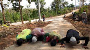 Warga Dusun Ngotoko, Desa Pasedan, Kecamatan Bulu melakukan sujud syukur, setelah akses jalan menuju kampung mereka, sebagian sudah ditata.