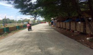 Akses jalan di pinggir Pantai Balongan kini sudah diaspal.