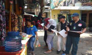Pegiat LSM yang mendukung Pasar Rembang pindah, membagikan selebaran kepada para pedagang.