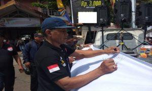 Pegiat LSM, belum lama ini menggelar penggalangan tanda tangan di depan Pasar Rembang, sebagai bentuk dukungan pemindahan pasar.