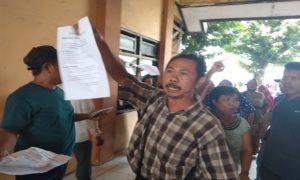 Pedagang Pasar Rembang ngamuk saat menerima selebaran dari pendemo. (gambar atas) Aksi demo mendukung Pasar Rembang dipindah, Kamis pagi.