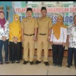 Dua orang perangkat desa Logung, Kecamatan Sumber foto bareng, usai dilantik, Jum'at pagi (23/11).