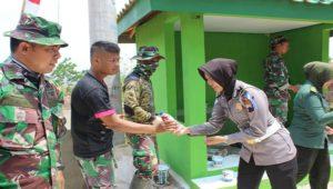 Anggota Polwan dan Kowad saat berada di lokasi TMMD Desa Pasedan, Kecamatan Bulu.