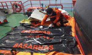 Aktivitas salah satu relawan dari Rembang, memberikan tanda di kantong jenazah korban jatuhnya pesawat Lion Air. (gambar atas) Syaiful Halim dan Khoirul Umam menikmati makan siang, usai tiba di Rembang.