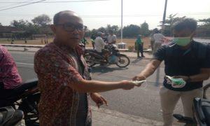 Warga di Desa Sale membagikan masker kepada pengguna jalan, Kamis pagi (01/11).
