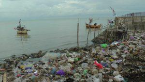 Sampah menggunung di pinggir Pantai Desa Pandean, Rembang. Sementara warga seenaknya saja membuang ke pinggir pantai.