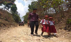 Dua pelajar di daerah terpencil di Kecamatan Bulu, Rembang ini diantar sekolah oleh orang tuanya.