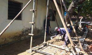 Munawar bersama timnya melakukan pengeboran sumur di rumah warga Kelurahan Leteh, Rembang.