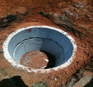 Pembuatan sumur tanah dangkal.