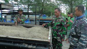 Petugas TNI AL Rembang mengecek barang bukti kendaraan pengangkut pasir laut.