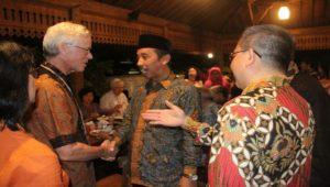 Bupati Rembang, Abdul Hafidz menyambut kunjungan wisatawan dari berbagai negara, Minggu malam.