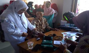 Suasana pengobatan gratis di Desa Bitingan, Kecamatan Sale, Sabtu (29/12). (Gambar atas) Arif Budiman, Wakil Ketua PMI Kabupaten Rembang menyerahkan penghargaan kepada pendonor darah.