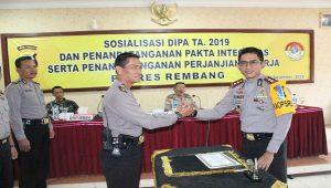 Kapolres Rembang, AKBP Pungky Bhuana Santosa (berkaca mata) melakukan salam komando dengan Kabag Operasional Polres, Kompol Yohan Setiajid. Bagian Operasional akan mendapatkan alokasi dana paling besar.