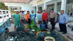 Aparat Satpol Air Polres Rembang mengamankan puluhan jaring cothok, belum lama ini.